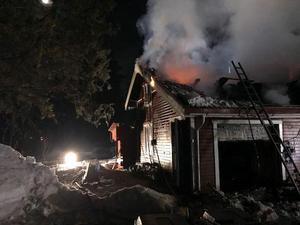 Vid midnatt steg det upp lågor från taket i huset som ligger öster om Dala-Järna.Foto: Räddningstjänsten