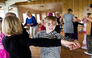 Ett mycket uppskattat inslag var ringdanslekarna. Under ledning av Ulla Sundberg dansade barnen med en outtröttlig entusiasm och ork till klassiska ringdanslåtar som