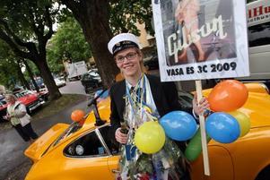En Porsche 911 väntade på Joel Svensson. Han har pluggat jazzlinjen på Vasaskolan och tänker fortsätta att studera till hösten. Då väntar Musikhögskolan i Stockholm.