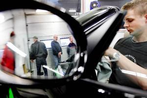 Nicklas Olsson på Pingens på Frösön visar hur man bäst rengör en bil invändigt.