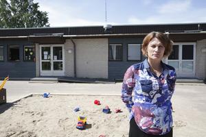 """""""Vi släpper inte ut barnen på gården innan de varit här från kommunen och sopat undan allt glas"""", framhåller Jaana Nilsson. Förutom glaskrossning ar man problem med återkommande stölder av uteleksaker."""