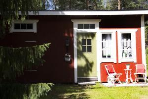 Stugan var tidigare ett dass, men nu bor Hanna Zetterlund och hennes make här.
