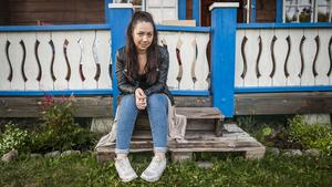 Cassandra Grönlund utanför sin morfars stuga.