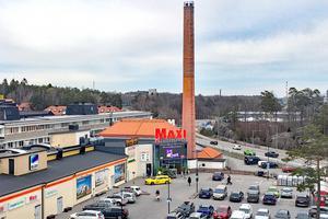 Vid Sjötelegrafen, inte minst utanför ICA Maxi, finns det rikligt med parkeringar.