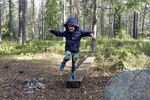 Artur och hans kompisar och personal på Björkliden är ofta i skogen och leker.
