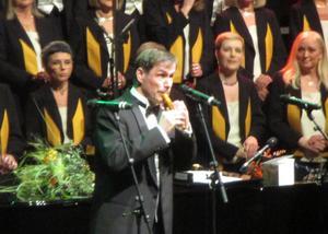 Mats Ottesen tackade för stipendiet med en låt på spilåpipa.