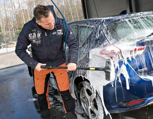 Kent Bjurman försöker om han finns på plats att hjälpa kunder som inte är lika vana vid att tvätta bilen själv. Han berättar att det inte är alla som gjort det innan.