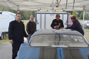 Här är Anders Edh, längst till vänster, klar att rulla ut till start.