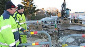 Den stora vattenläckan i norra Nynäshamn lagades på onsdagen. Men på torsdagen sprang rören läck igen. Det är bara att börja om, sade Thomas Clerwall och Ove Olsson på kommunens stadsmiljöavdelning.