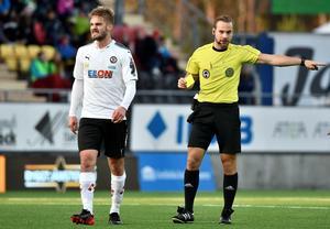 Johan Mårtensson har i år dragit på sig totalt sex gula kort och hunnit bli avstängd två gånger och vi är fortfarande bara i april. Arkivfoto: TT