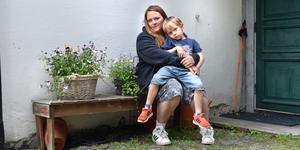 Emy Granatah Soon är rädd att sonen Charlie kommer gå miste om viktig kunskap när timmarna på förskolan skärs ner.