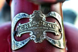 Crescent märket  under framlyktan  är så vackert att det liknar ett konstverk.
