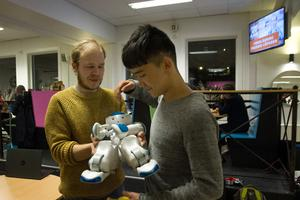 När forskaren Fredrik Löfgren visar upp sin robot ser Ali Reza Hossaini det ganska naturligt att artificiell intelligens tar över många jobb.