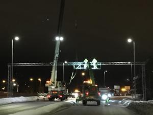 Vid 21-tiden på måndagskvällen pågick arbetet med att sätta upp en ny vägportal.
