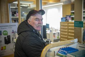 Göran Åhlén är en av kunderna på apoteket i Föllinge. – Jag bor i Åkersjön och vill naturligtvis att apoteket ska bli kvar. Annars tvingas jag åka till Krokom och dit är det sju mil, säger han.