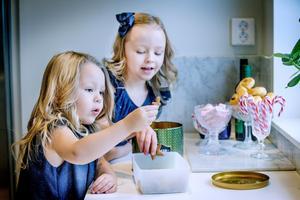 I köket har familjen valt marmor i stället för kakel på väggarna. Lily och Moa spanar in julgodiset.