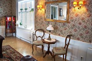 Stolarna med broderade dynor har fått ett nytt hem på det gamla värdshuset i Hagaström. Passande då den sista minnesstunden för kvinnan som broderat sitsarna hölls just här.
