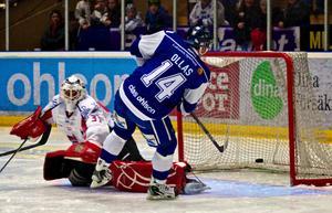 Jesper Ollas gör mål mot Borås säsongen 2010/11. Säsongen därpå skrev Ollas på för Leksands ärkerival Brynäs. Foto: Claes Söderberg