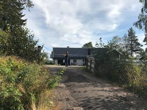 Under tisdagsmorgonen brann en villa i Edsbyn – och en kvinna fördes till sjukhus svårt brännskadad.