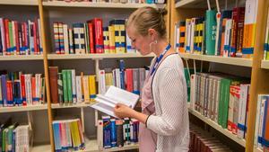 I skolbiblioteket på Brinellskolan står redan några exemplar av Emelies bok.