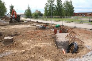 Rinkenområdet har sanerats från arsenik och förbereds för  att kunna ställa upp inhyrda paviljonger med 9 klassrum. I bakgrunden skymtar Lekebergsskolan 7-9.