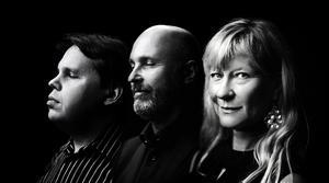 Mats Öberg, Jonas Knutsson och Lena Willemark bjuder på visor ur albumet Svenska låtar. Foto. Petter Berndalen