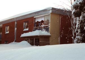 Folk skottade tak och gångar så gott det gick.Foto: Lars Nyqvist. December 1998.