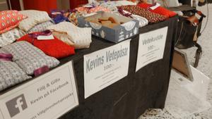 Kevin Tönne har sytt upp ytterligare 80 värmepåsar. I helgen sålde han dem på Flygfyren i Norrtälje. Mitt bland alla  kuddar har han ställt ett paket med kakor. – De är gratis. Ett försäljningsknep, avslöjar han.