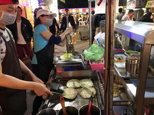 Taiwans nattmarknader är ett paradis för den som gillar gatuköksmat. Här görs taiwanesiska pannkakor i  en rad olika varianter och smaker.
