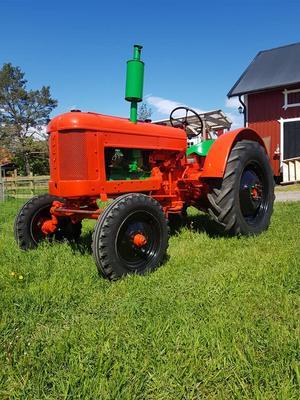 Färgglad traktor till mångas förtjusning. Foto: Samstorps Gård