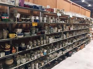 På lagret är det välfyllt med  porslin och annat som är färdigt att plockas fram i butiken.