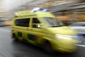 Den skadade mannen fick föras i ilfart till sjukhus.