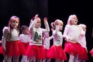 Den yngsta gruppen gjorde succé med en dans till musik ur Lejonkungen.