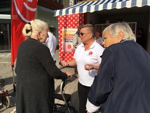 """Marita Olsson (till höger), snart 77, påverkas inte av väldoftande höbalar, hon har alltid röstat på samma parti. """"Välfärden och ålderdomen gör att jag röstar på S"""", säger hon. I mitten Ingela Nylund-Watz."""