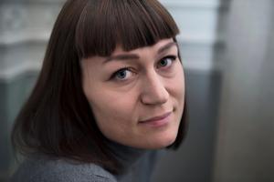 Carolina Setterwall började skriva sin självbiografiska debutroman drygt ett år efter att hennes man dött i sömnen. Hon går fortfarande i terapi och ser sin berättelse som ett nedslag i något som fortfarande pågår.Foto: Alexander Larsson Vierth/TT
