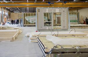 I dag jobbar drygt 25 personer i husfabriken på Norrlandet.