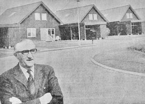 Fastighetsdirektör Sven Elfving, sekreterare i Vetlanda kommuns bostadsnämnd, såg med tillförsikt på bostadsfrågorna i den nya storkommunen. Han poserade framför de så kallade Heimdall-husen, i det nya villaområdet vid Stensåkra, som byggts i bostadsnämndens egen regi.