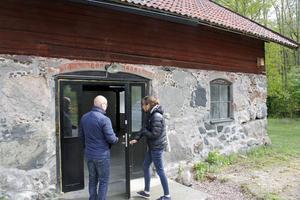 Nya dörrar är ett av de få yttre tecknen på att ladan är nyrenoverad.