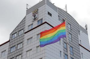 Pride-flagga utanför kommunhuset i Nynäshamn. Foto: Jesper Klingnell