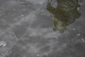 Den sju centimeter tjocka isen gungade under fötterna. Gränsen för hållbar is går vid fem centimeter.