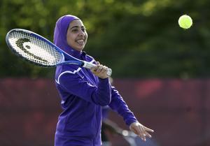 På bilden en amerikansk tonåring som testar en ny sport-hijab som ska göra det lättare att träna.