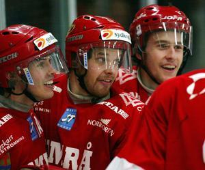 ... på säsongen där Timrå i samband med att den här bilden tog besegrade Malmö med 6–3. Robert Carlsson, Sanny Lindström och Andreas Lundin firar. Bild: Laura Leyshon