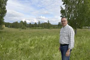Mikael Thalin, kommunalråd Orsa, på Stormyren där det nya särskilda boendet föreslås byggas.