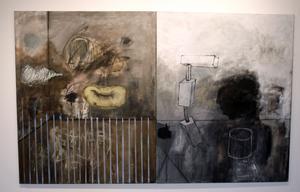 I sina abstrakta målningar närmar sig Tapani Björkbacka livets gåtor.