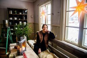 Det gamla missionshuset i Kovland har fått liv igen och tindrar i full juleskrud. Sandra Nilsson brinner för gamla hus.