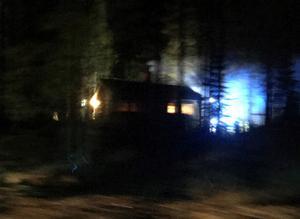 Ett fritidshus började av okänd anledning brinna under torsdagskvällen. Foto: Läsarbild
