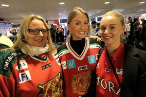 Helena Lundh, Isabelle Henriksson och Amanda Kry, Mora-supporters på daladerby i Leksand.