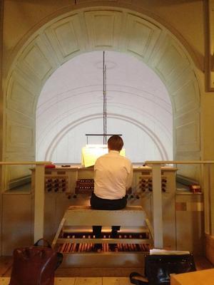 Daniel Larsson vid orgeln i Gustafs kyrka. Foto: Jennie Tiderman Österberg