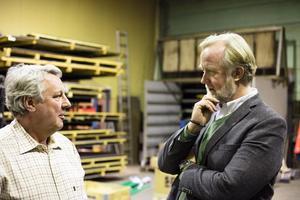 Johan Pehrson på företagsbesök hos Frabe Inustri AB, här i samtal med vd Leif Carlsson. Foto: Privat