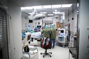 En arrangerad bild som visar hur det går till vid en operation.